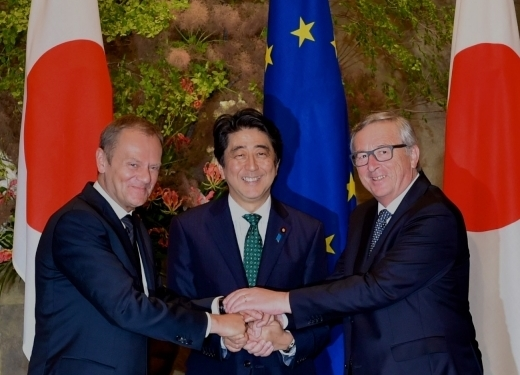 20150529-COUNCIL-EU-JP-SUMMIT-TUSK-ABE-JUNCKER-handshake-520x375