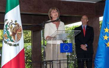 The Commissioner Hedegaard accompanied Ambassador Andrew Standley at the reception to celebrate the occasion of Europe's Day