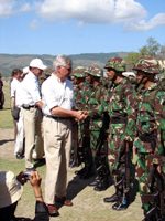 Pieter Feith greets Indonesian soldiers