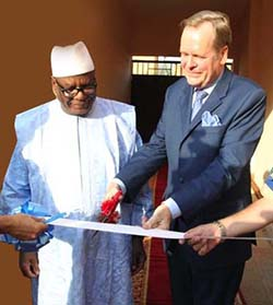 President Ibrahim B. Keita and Mr Albrecht Conze (Head of Mission) cutting the inauguration ribbon