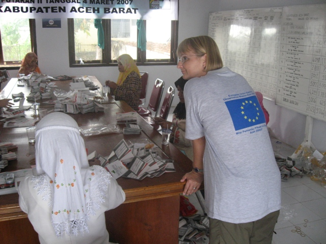 EU observer watches folding of ballots