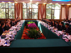 EU and Chinese officials sitting around a table © Consilium