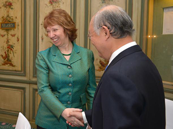 Handshake between Catherine Ashton and Yukiya Amano, Director General of the International Atomic Energy Agency (IAEA) © EU