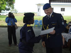 one of the participating police women receives the diploma from EUPOL © EUPOL RD Congo/EU