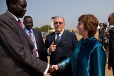Catherine Ashton, on the right, and Carlo de Filippi, Head of the EU Delegation to Sudan, in the centre  © EU