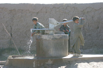 Afghan children pumping water from a well © EU